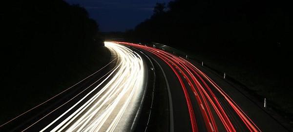 Deutsche Autobahn bei Nacht