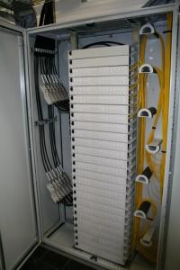 Einblick in offenen Schaltschrank mit akurat verlegten Kabeln.
