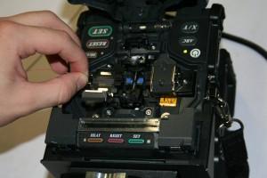 Monteur legt Faser in Spleißgerät Fujkura FSM 60S ein.